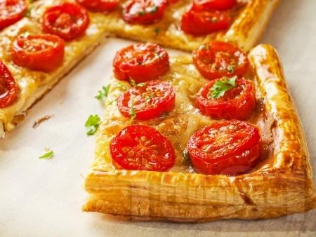 Тарт от бутер тесто с чери домати, лук и мащерка - снимка на рецептата